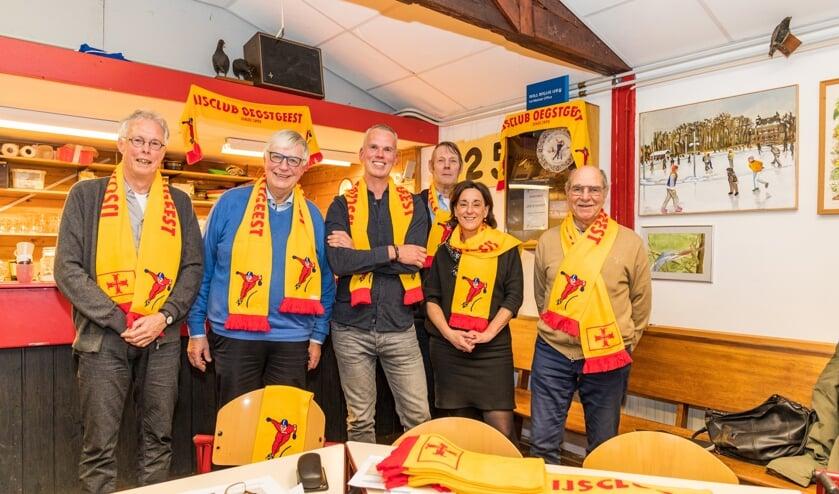 Het bestuur van de IJsclub Oegstgeest; Margret den Hollander en Wouter Turkenburg waren afwezig.