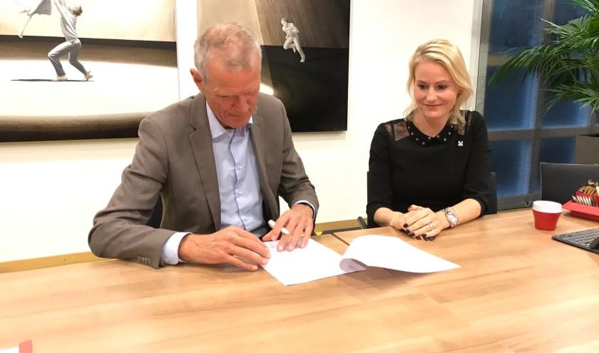 Kees Vreugdenhil en Jeanet van der Laan ondertekenden de stukken.