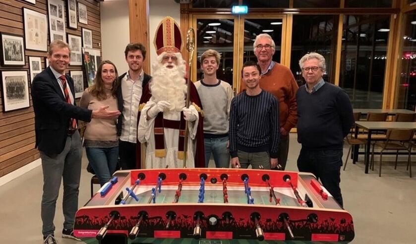 Sinterklaas en een deel van de ASC-tafelvoetbal selectie. Van rechts naar links: Bergers, Walenkamp, Van den Hoek, Verdegaal, Van Wamel en Starre. Uiterst links Commissaris Voetbal Coen Verdegaal.