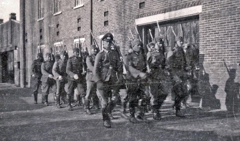 Duitse soldaten bij de bollenschuur van Van der Voort aan de Hoofdstraat . | Foto: pr.