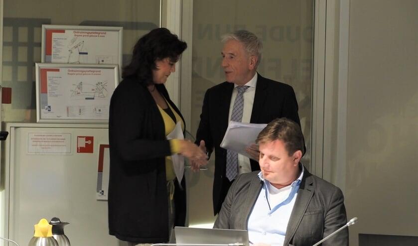 Hedwig Stuivenberg-Bleijswijk overhandigt de petitie aan de heer van Hemert. | Foto: pr.