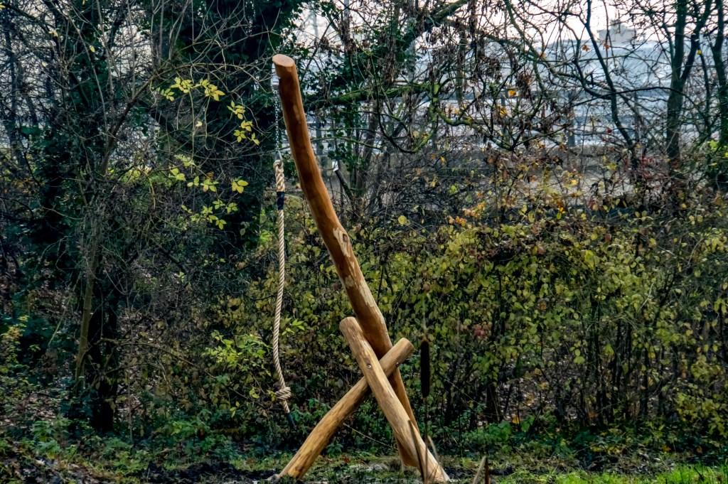 De palenconstructie met slingertouw op het eilandje. Foto: J.P. Kranenburg © uitgeverij Verhagen