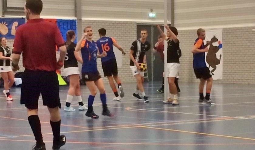 Michelle Rozenbroek blij met weer een doelpunt.