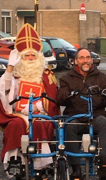 Sinterklaas met zijn fietsmaatje Jan de Meij.