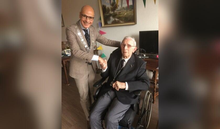 <p>Een foto van vorig jaar, toen de heer van Zandwijk 102 jaar werd, en felicitaties ontving van burgemeester Emile Jaensch.   Archieffoto Wim van Tuijl</p>