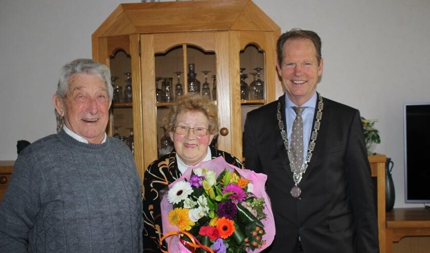 Het bruidspaar krijgt uiteraard bezoek van de burgemeester. | Foto: Annemiek Cornelissen.