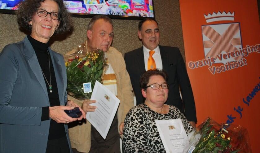 Wethouder Marlies Volten verrast het echtpaar Handgraaf met een gemeentelijke onderscheiding. | Foto: Piet de Boer
