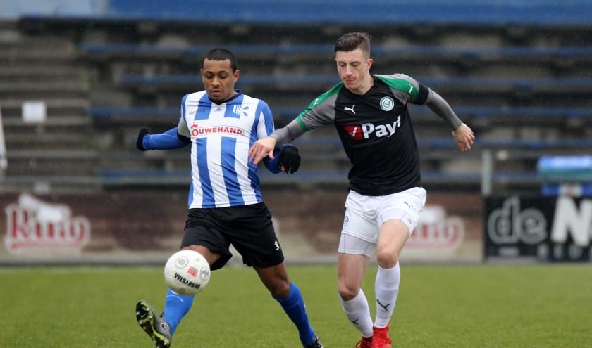 Chima Bosman in duel met Daniel Bouwman van Jong FC Groningen. | Foto: OrangePictures