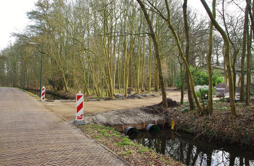 Via de Kwaaklaan is middels een dam een extra uitgang gecreëerd.   Foto Willemien Timmers Foto:  © uitgeverij Verhagen