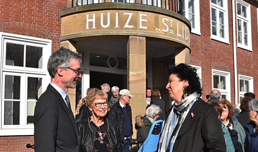 Peter Hulser in gesprek met de dames Keijzer en Siedenburg. | Foto: Piet van Kampen