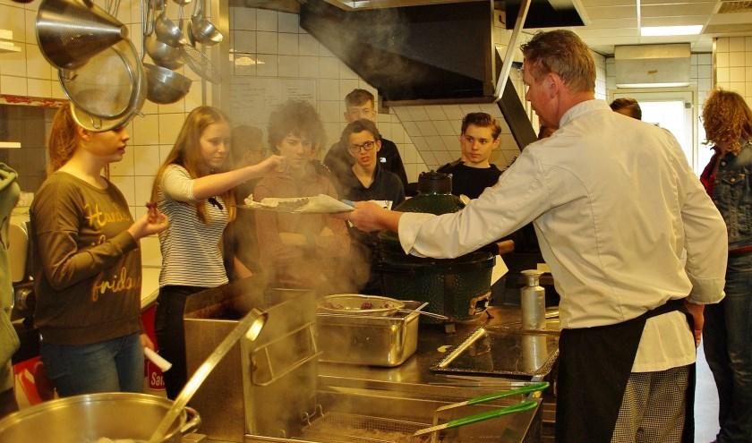 De leerlingen proefden onder andere chips van aardappeltruffel bij De Jonker. | Foto Willemien Timmers