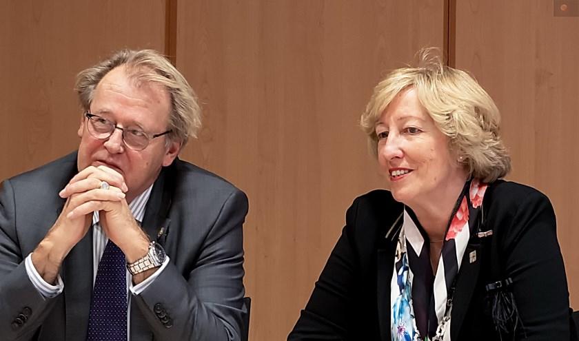 Commissaris van de Koning Jaap Smit en burgemeester Laila Driessen in het Leiderdorpse gemeentehuis tijdens de persconferentie na afloop van het werkbezoek van Smit aan Leiderdorp.