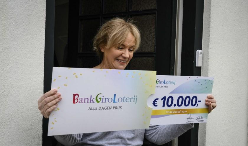 Marianne werd verrast met een cheque ter waarde van 10.000 euro.