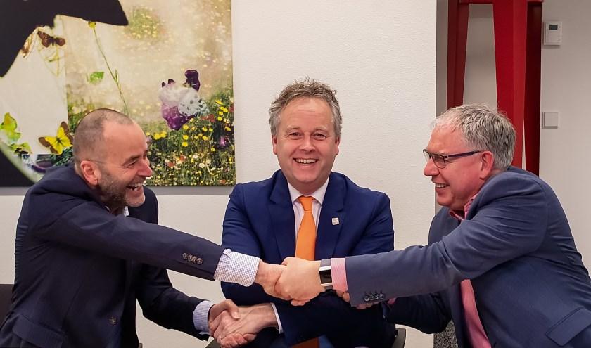 V.l.n.r. directeur Marcel Pfaff van Ballast Nedam West, wethouder Willem Joosten en directeur bestuurder Chrétien Mommers van Rijnhart Wonen feliciteren elkaar met het ondertekenen van het contract voor de realisatie van de nieuwbouw op de Driemasterlocatie.