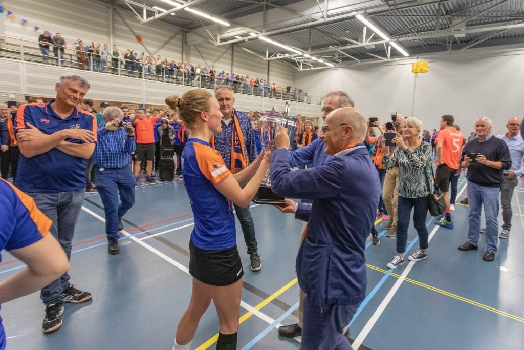 Ontlading in de zaal en felicitaties van burgemeester en wethouder. | Foto Wil van Elk Foto: Wil van Elk © uitgeverij Verhagen