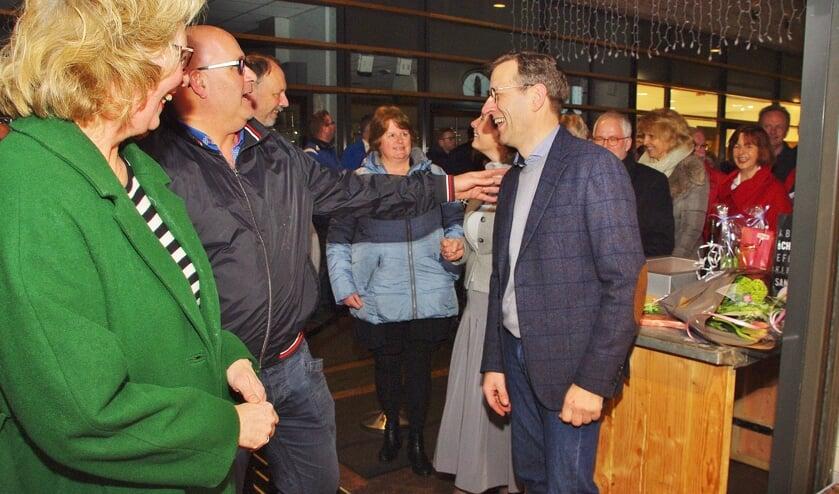 Door onder andere collega-ondernemers werd Hugo van der Meij gefeliciteerd met zijn vernieuwde winkel. | Foto's Willemien Timmers
