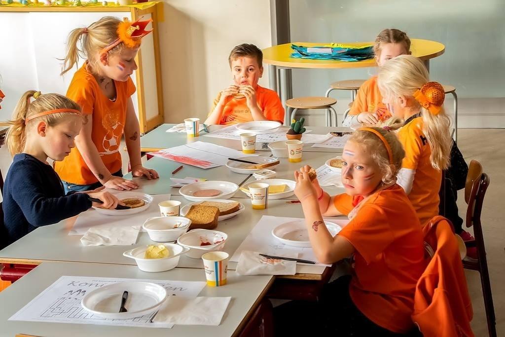 Op de Willem de Zwijgerschool genoten de kinderen van een Koningsdagontbijt voordat ze begonnen met hun sponsorloop voor het Lilianefonds.   Foto: J.P. Kranenburg © uitgeverij Verhagen