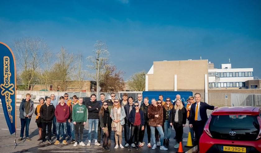 Alle deelnemers aan de Drive Experience en de coaches bij elkaar. Geheel rechts wethouder Willem Joosten die de dag opende door als eerste een noodstop te maken.