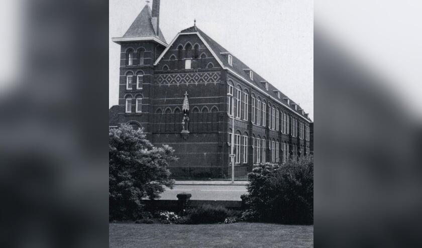 De kopgevel van de St. Josephschool uit 1909 met het beeld van Sint Joseph, gemaakt door J.P. Maas.