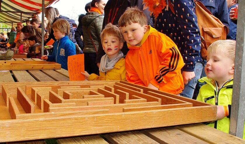 Achter het gemeentehuis konden alle Oegstgeester kinderen weer meedoen aan gezellige oud-Hollandse spelletjes.