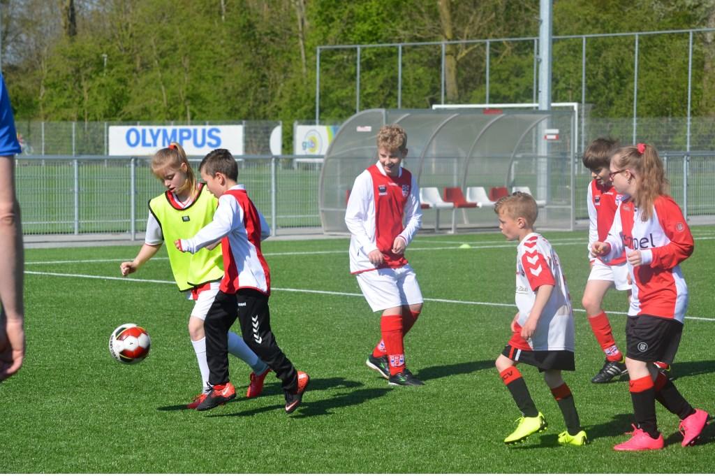 Sportieve strijd om de bal. Foto: PR  © uitgeverij Verhagen