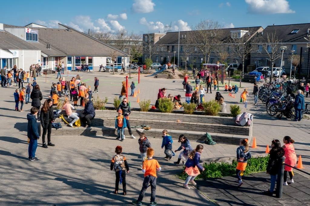 De kinderen van 't Bolwerk hadden Koningsspelen op hun eigen schoolplein. Foto: J.P. Kranenburg © uitgeverij Verhagen