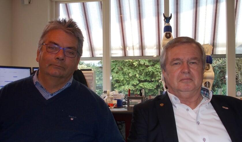 Voorzitter Jaap Walen en secretaris Jan Janson (l) van de stichting De Bloemenslinger. | Foto: Piet de Boer