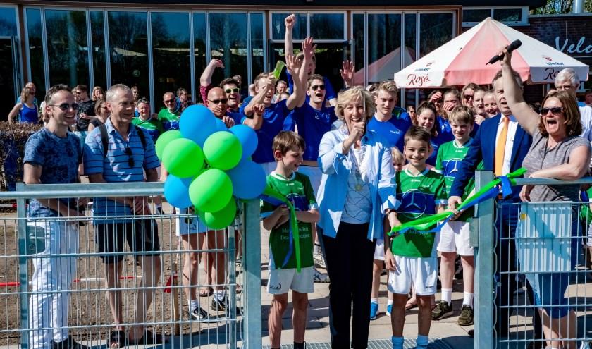 Burgemeester Laila Driessen opent de nieuwe kunstgrasvelden. | Foto: J.P. Kranenburg