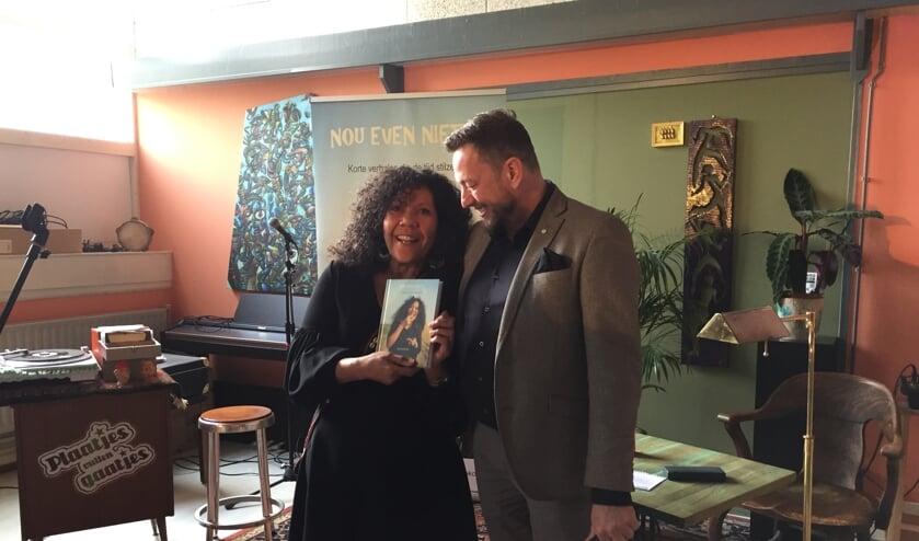 Helen Workala en uitgever Kees Scholten bij de presentatie van haar boek bij Plan 4.
