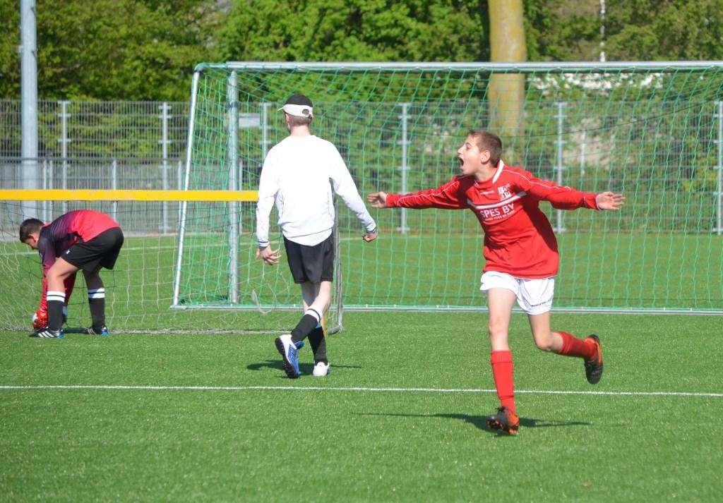 Vreugde na een doelpunt. Foto: PR  © uitgeverij Verhagen