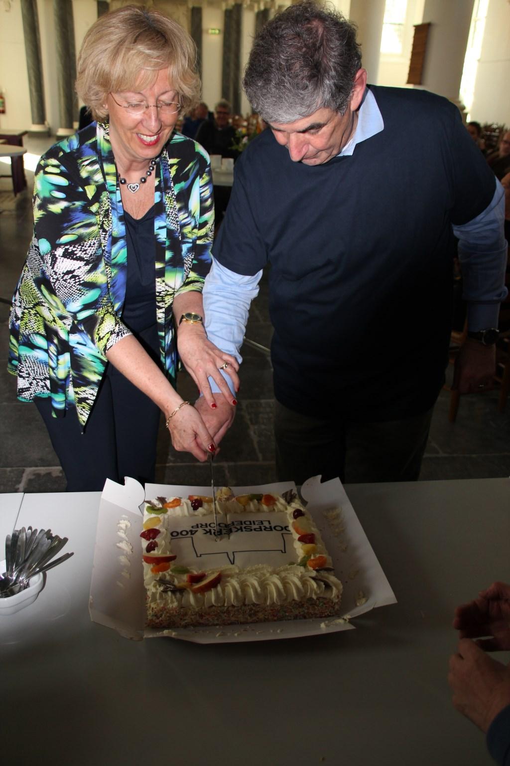 Het aansnijden van de 'Dorpskerk 400'-taart. | Foto: Tine de Witt   Foto: Tine de Witt © uitgeverij Verhagen
