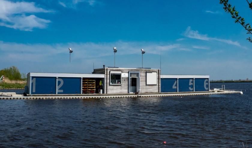 Het drijvende clubgebouw van Kano Rijnland.