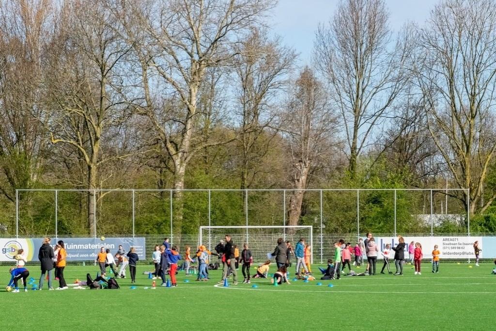Voor de leerlingen van De Schakel waren Koningsspelen georganiseerd op een veld van voetbalclub RCL. Foto: J.P. Kranenburg © uitgeverij Verhagen