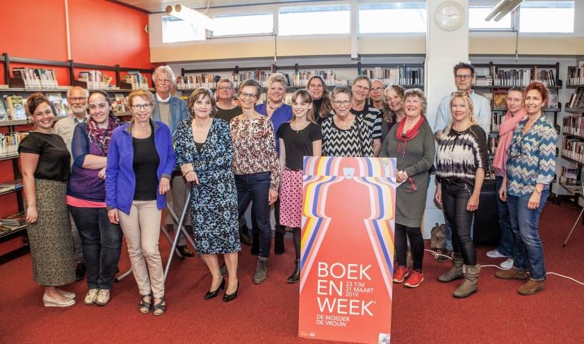 De meeste schrijvers van de schrijfwedstrijd afgelopen zaterdagmiddag in de bibliotheek. De winnaars moesten helaas verstek laten gaan. | Foto: Adrie van Duijvenvoorde