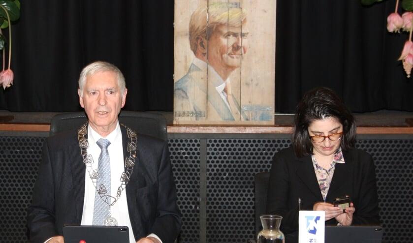 Waarnemend raadsvoorzitter Hans Knapp leidde de vergadering waarin discussie over een aantal moties. | Foto: WS