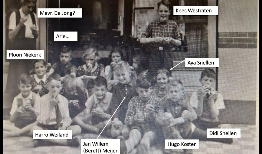 Klassenfoto van de Oegstgeester Montessorischool in de jaren '40.