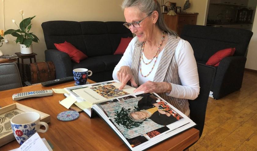 Nellie van der Heyden laat in haar woonkamer de fotoboeken zien van haar familie. | Foto: Caroline Spaans