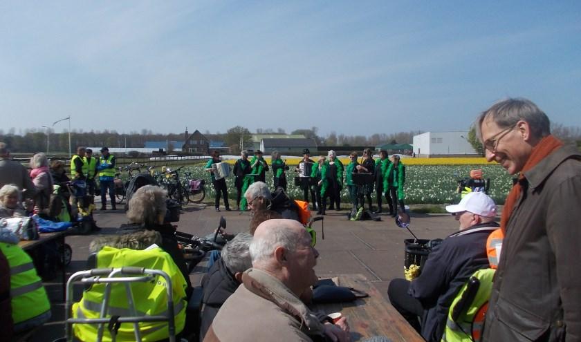 Het dameskoor 'Geen gehoor' uit Noordwijk verzorgt een optreden aan de Zilkerbinnenweg | Foto: Piet de Boer