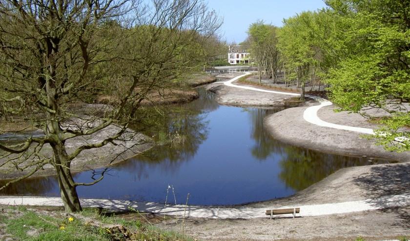 Dijkenburg en de Spiegelvijver na de renovatie: precies op de grens Noordwijk/Noordwijkerhout. | Foto: Marca Bultink