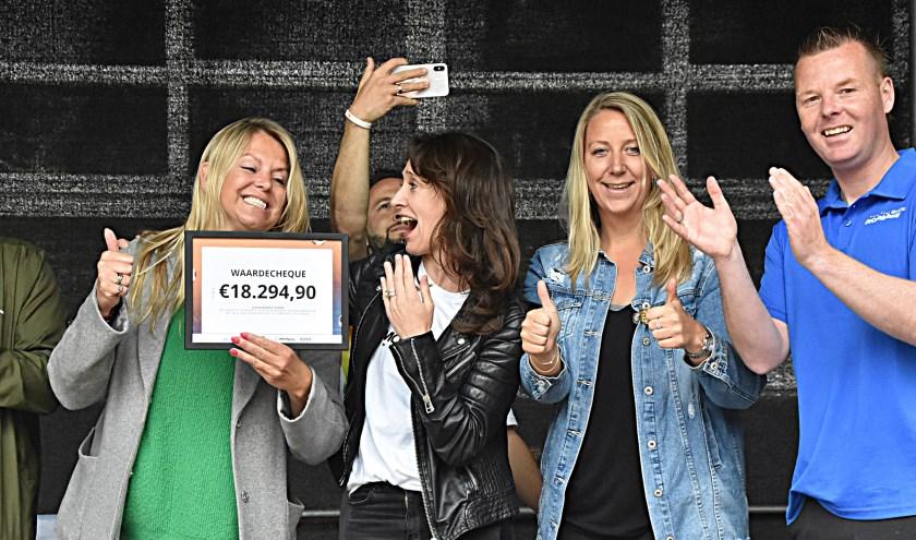 Marjolein van Zanten (links) met de cheque voor Nina Schmitz (tweede van links). | Foto: Piet van Kampen