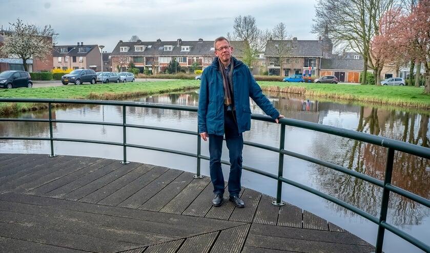 Clemens van Soest op het terras naast 't Buurthuis van Stichting Buurtactief Het Oude Dorp.