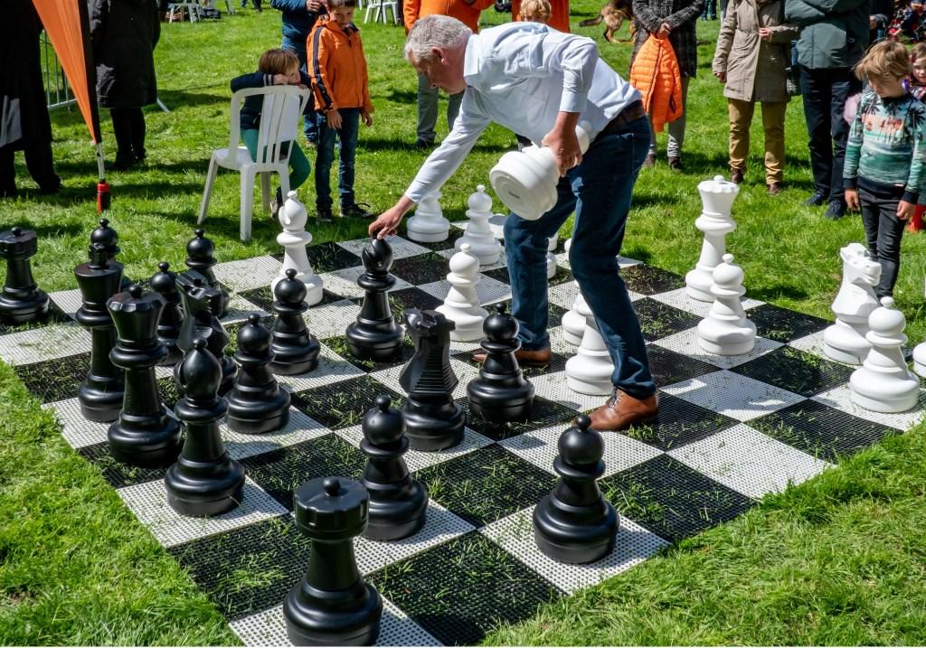 Wethouder Daan Binnendijk opent het megaschaakspel. Foto: Johan Kranenburg © uitgeverij Verhagen