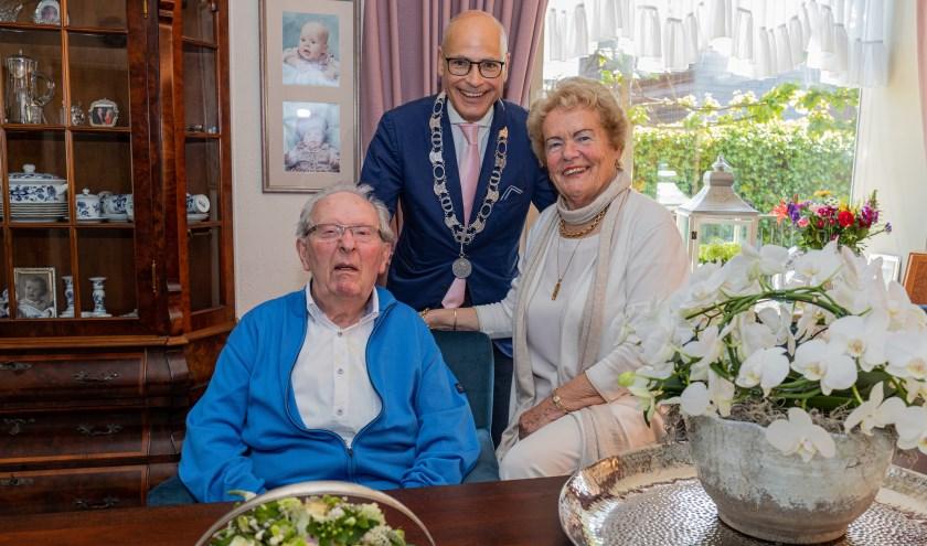 Burgemeester Emile Jaensch feliciteerd Nelly en Nico Bouwman met hun diamanten huwelijk.