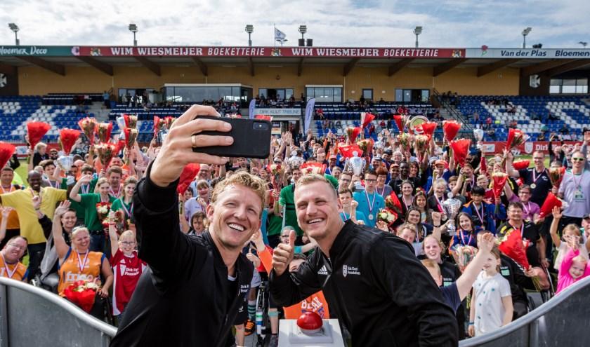 Dirk Kuyt maakt een selfie tijdens de Kampioenendag 2018 op Nieuw Zuid in Katwijk.