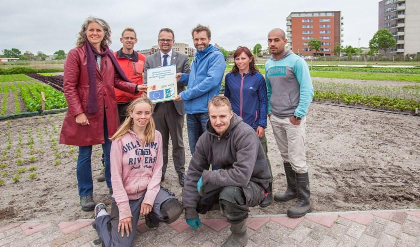 Sebastiaan Bos ontvangt een plaquette om de eerste oogst in de Zanderij te markeren. | Foto: Adrie van Duijvenvoorde