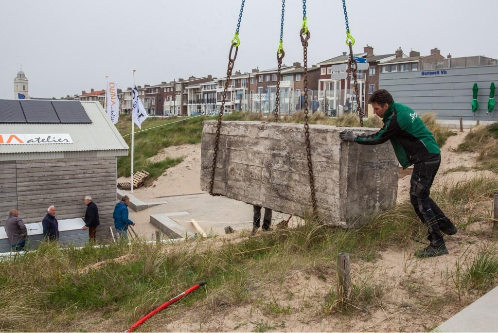 De aspergeblokken worden naar hun plek gehesen. Foto: Adrie van Duijvenvoorde © uitgeverij Verhagen