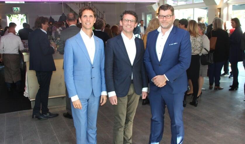 Gastheer Peter Duivenvoorde (R) verwelkomde  wethouder Roberto ter Hark(L) en NOV-voorzitter Cees van Wijk in het Koetshuis van Landgoed Tespelduin.   Foto: WS