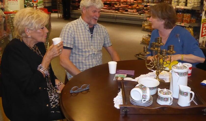 Burgemeester Jon Hermans hield bij de Dirk supermarkt spreekuur bij een kop koffie. | Foto: ina Verblaauw