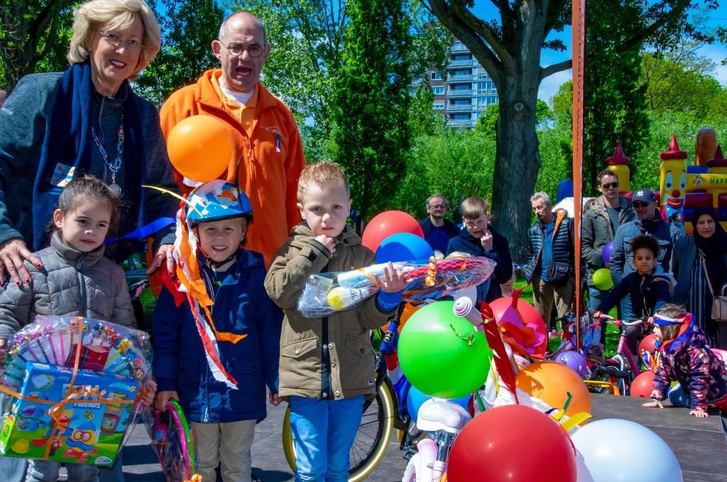 De winnaars van de versierde fietsenparade.  Foto: J.P.Kranenburg © uitgeverij Verhagen