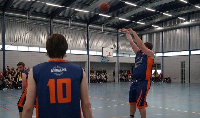 Derk van Werkhoven gaat de lucht in voor een van zijn driepunters. | Foto: pr.